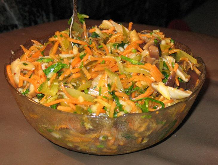 салат с морковью и солёными груздями