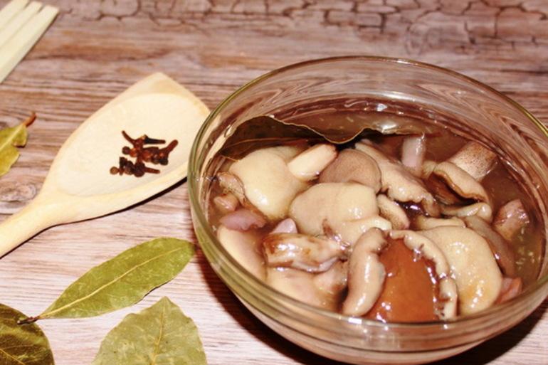 первый рецепт - маринованные маслята в масле для праздничного стола
