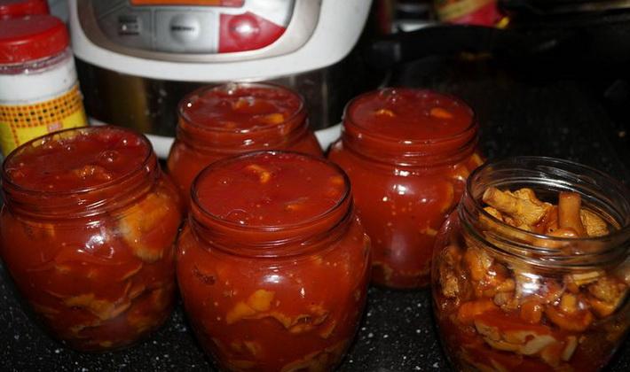 острые опята с перцем чили, халапеньо и луком в томатном соусе