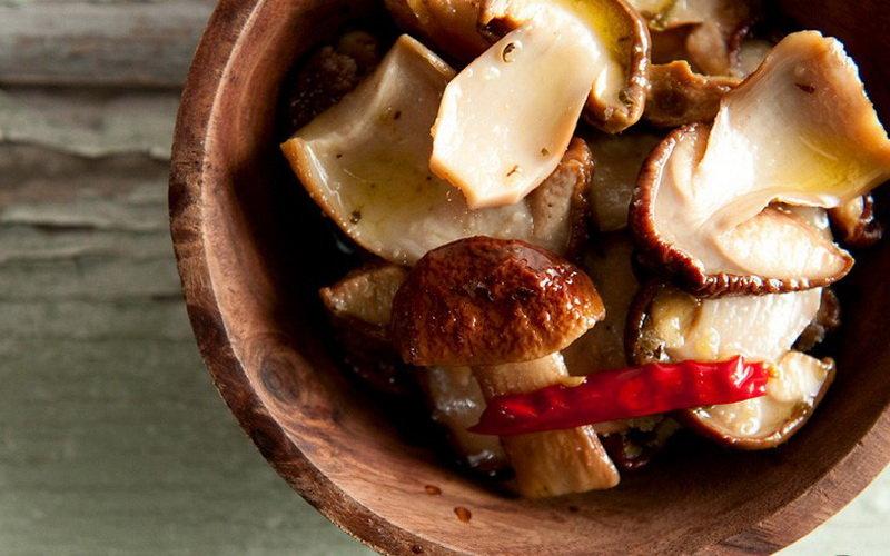 белые грибы, маринованные с чили и перчиками халапеньо на зиму