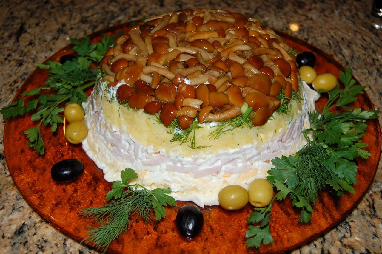 салат грибное лукошко с опятами, свининой и курицей