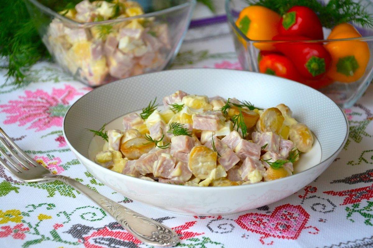 первый рецепт - классический салат с шампиньонами и ветчиной