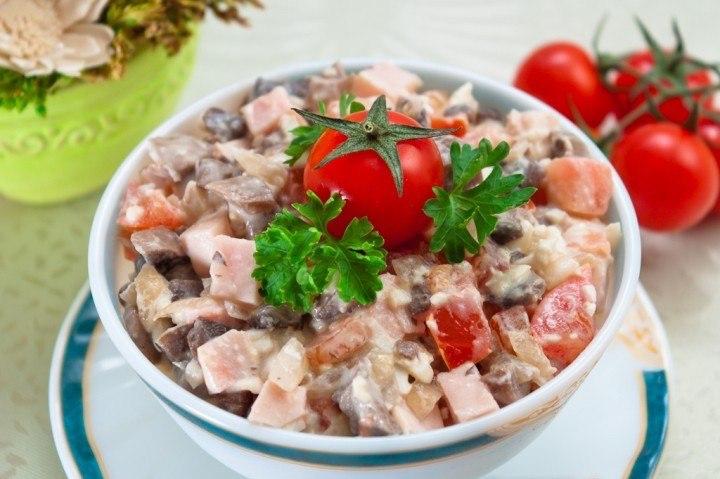 второй рецепт с фото - очень вкусный салат с шампиньонами и ветчиной
