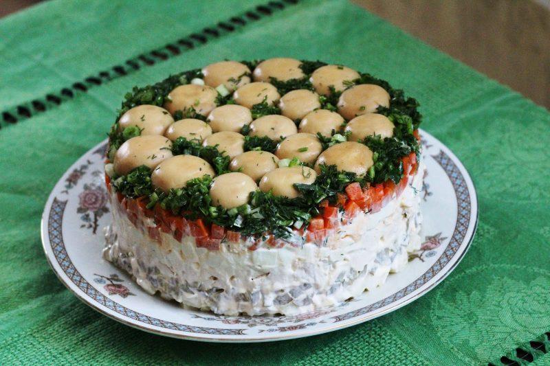 пятый рецепт - салат с шампиньонами и ветчиной выложенный слоями