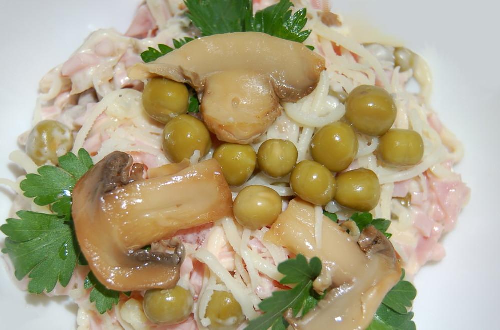 седьмой рецепт - облегченный салатик с жареными шампиньонами и ветчиной