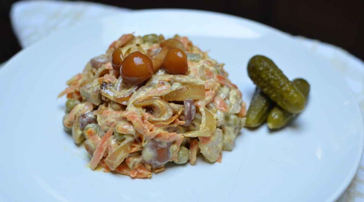 лёгкий салат с помидорами, солёными рыжиками и листьями салата