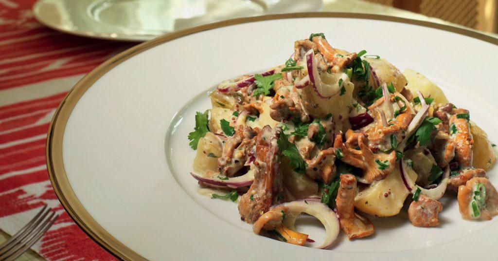 овощной салат из рыжиков солёных и баклажанов