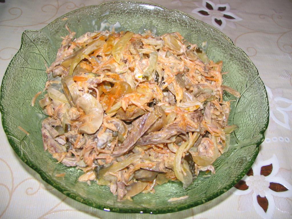 салат охотничий с курицей, морковью и грибами
