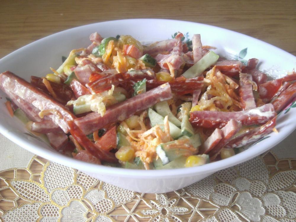 слоеный рецепт с фото: салат охотничий с грибами, курицей и копчёной колбасой