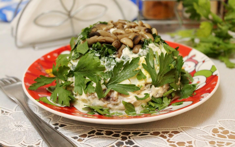 салат на скорую руку с жареными опятами, курицей и овощами