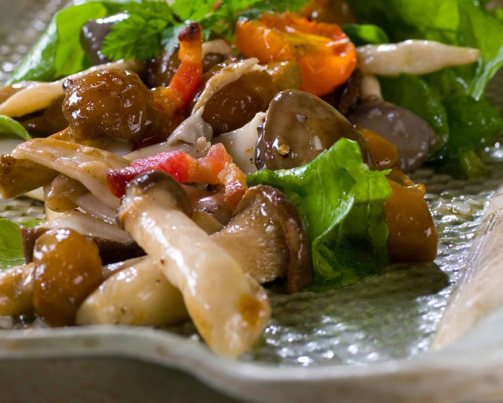 салат на скорую руку с жареными опятами, курицей и овощами фото 2