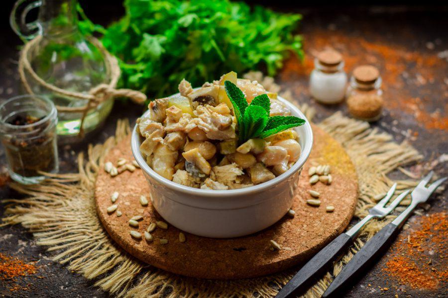 Интересные рецепты салатов с грибами в сочетании с курицей