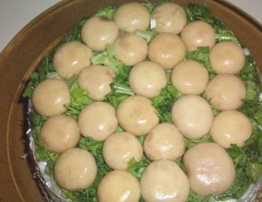 Описание: Салат с консервированными шампиньонами и куриным филе
