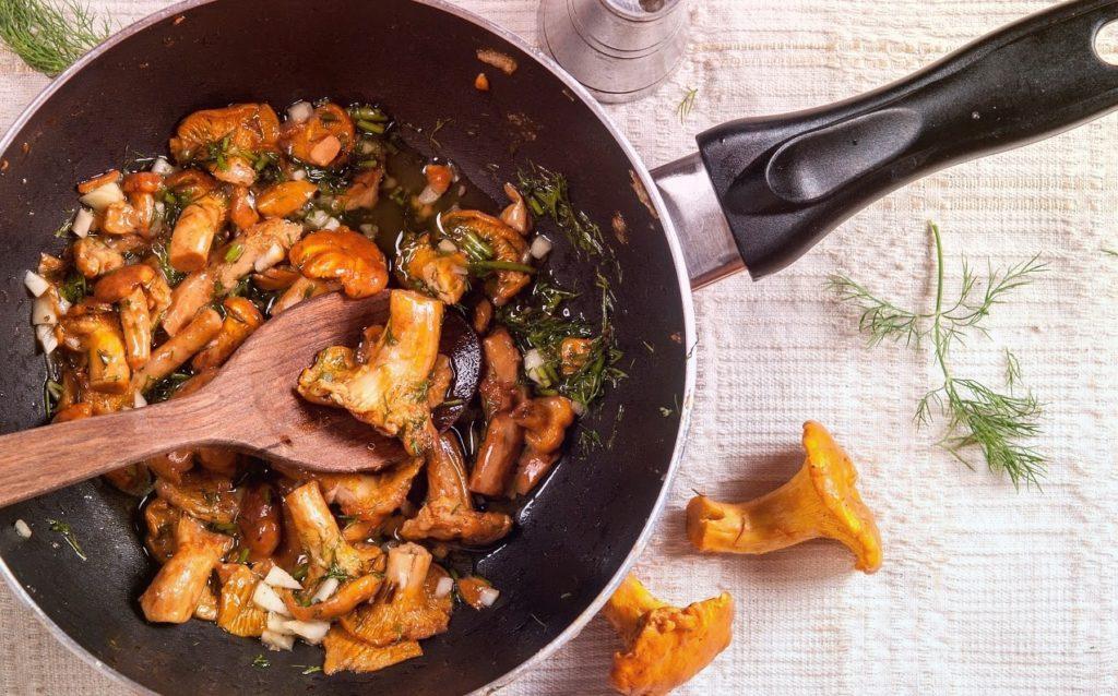 Жареные лисички – сочные короли сковородки