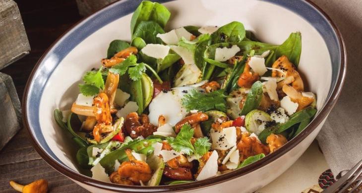 Салат с жареными лисичками – простой и вкусный
