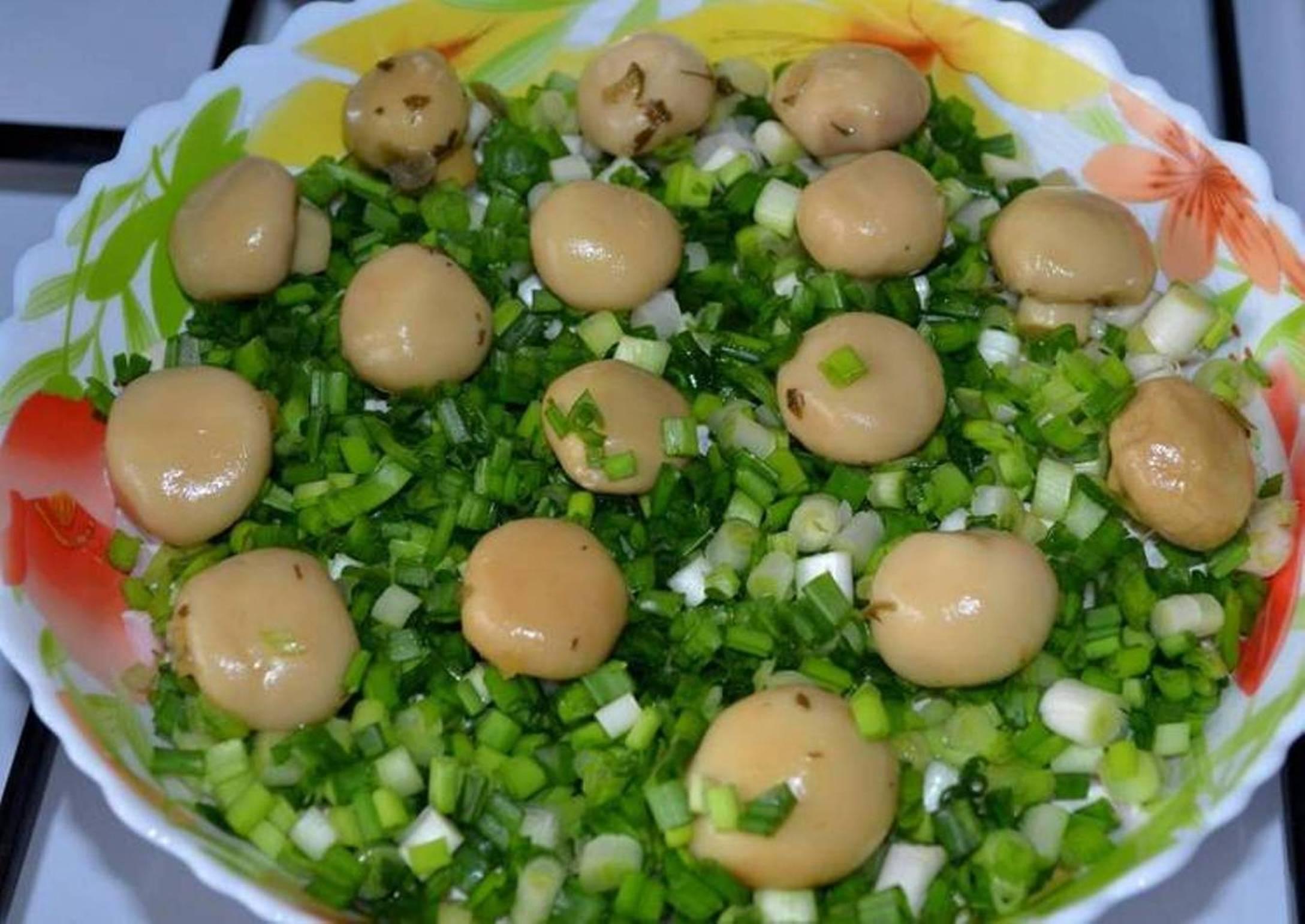 prostoi-salat-ghribnaia-poliana-s-konsiervirovannymi-shampinonami-i-vietchinoi-основное-фото-рецепта.jpg