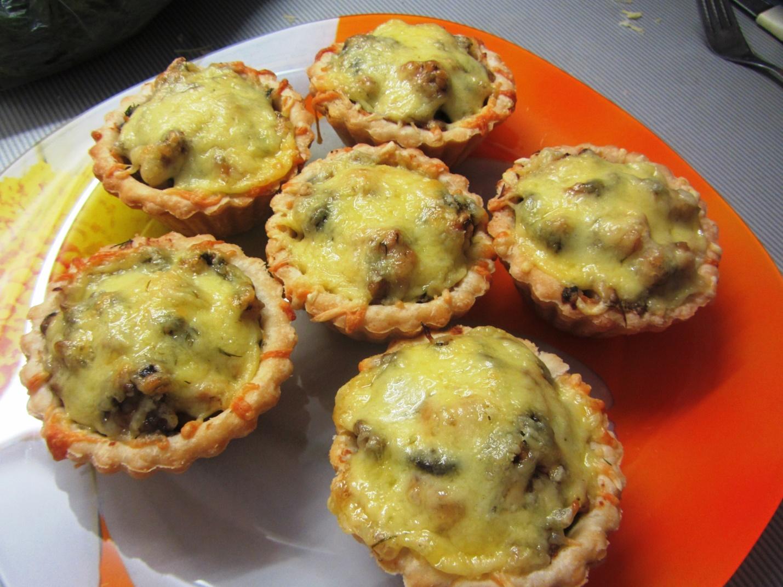 Тарталетки с курицей и грибами: быстро, вкусно и празднично