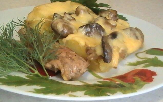 Картошка в духовке с мясом и грибами быстро и вкусно